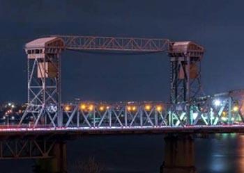Экстремал залез на Старый мост в Астрахани