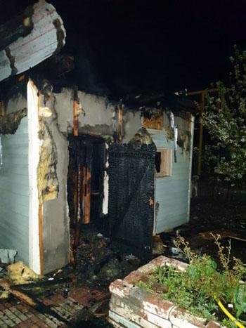 В Астрахани сгорели баня и «заброшка»