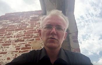 Конструктивное обращение Олега Шеина к власти о пенсионном возрасте на фоне развалин