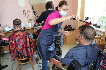 Православные активисты подстригли астраханских пенсионеров