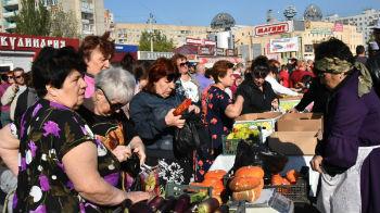 Чужаки-перекупщики отобрали на рынке в Астрахани места у местных дачников