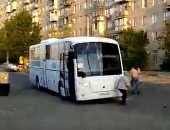 Неадекватный астраханец на Звездной напал на автобус (ВИДЕО)