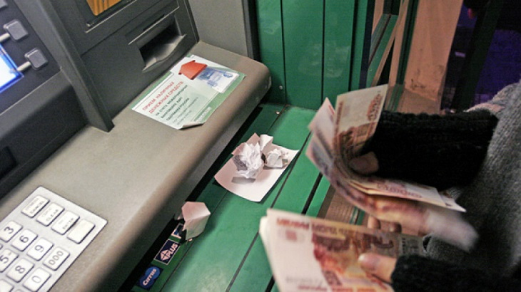 Астраханка оставила в банкомате существенную сумму
