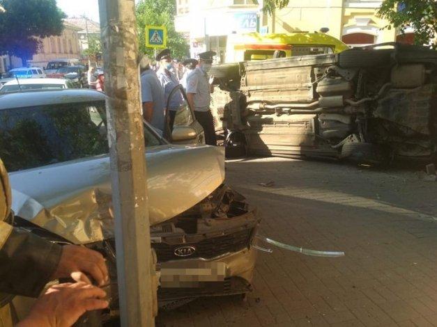 В центре Астрахани опрокинулась иномарка