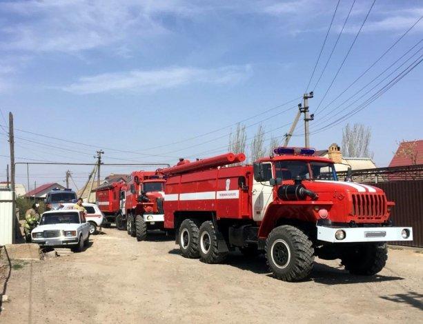 Пожар в Ленинском районе Астрахани тушат 121 человек