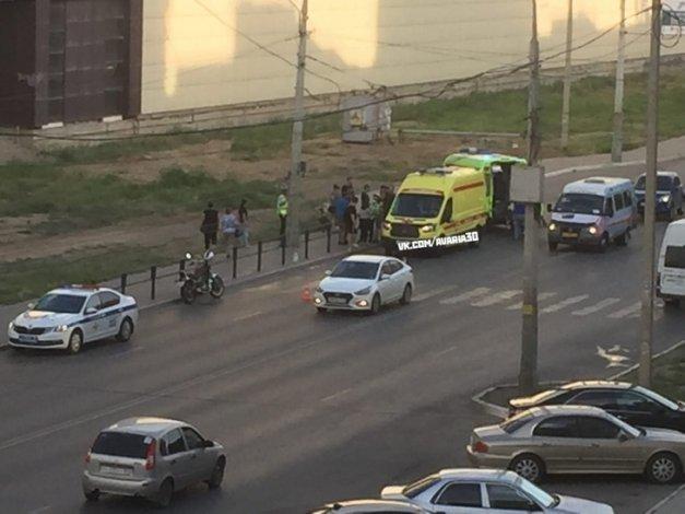 Мотоциклист сбил двух молодых астраханок