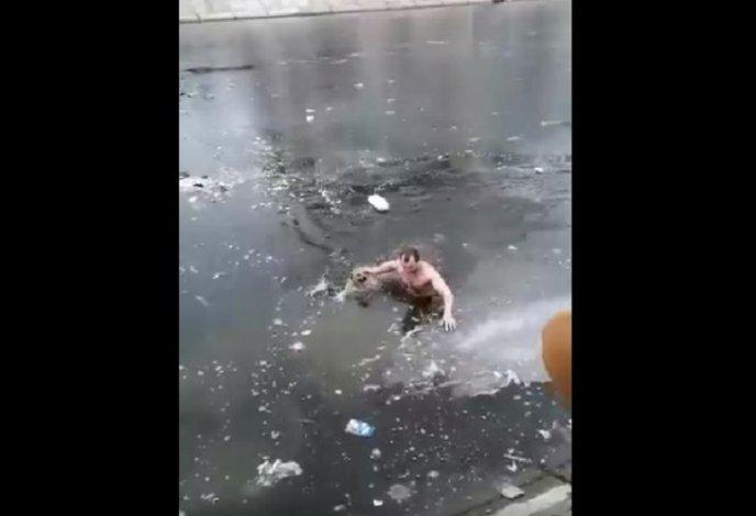 Решительный астраханец спас из ледяной воды собаку