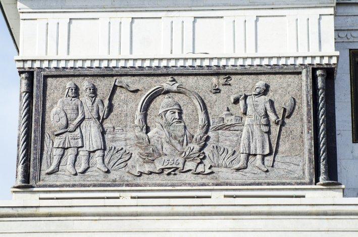 Иван Грозный и другие великие на Триумфальной арке и Аллее славы в Астрахани