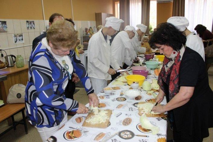 Астраханские пенсионеры соревновались с подростками в засолке капусты