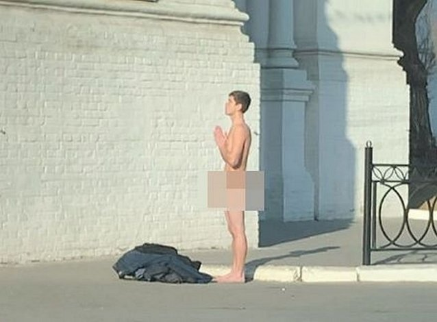 Неизвестный устроил стриптиз у стен астраханского кремля