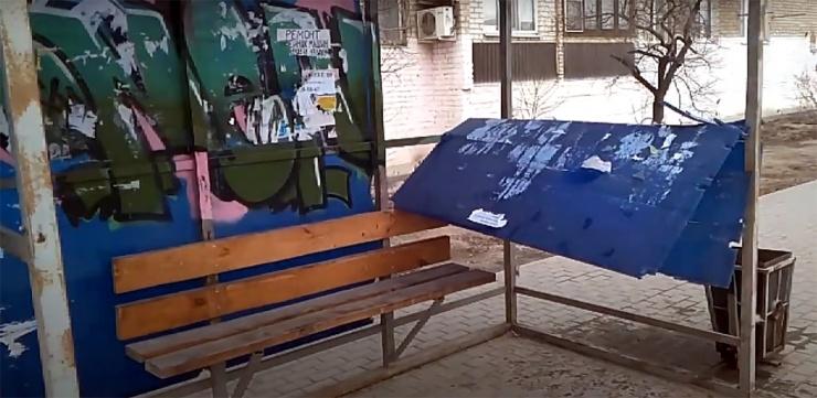 Вандалы разгромили остановку в Астрахани