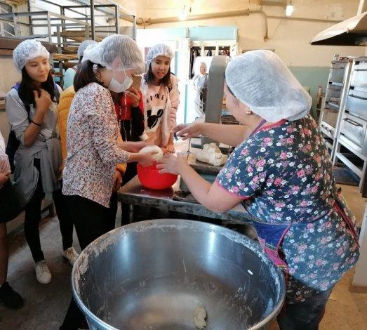 Астраханские пекари знакомят школьников с профессией