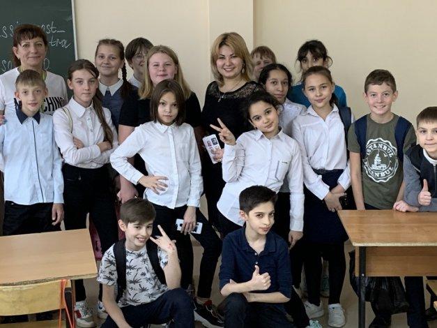 Астраханские почтовики провели открытые уроки ко «Дню матери» в учебных заведениях города
