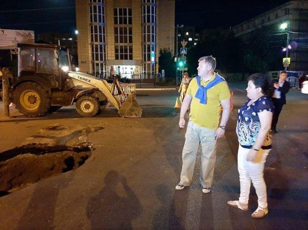 Руководители региона и города посетили появившийся в Астрахани провал