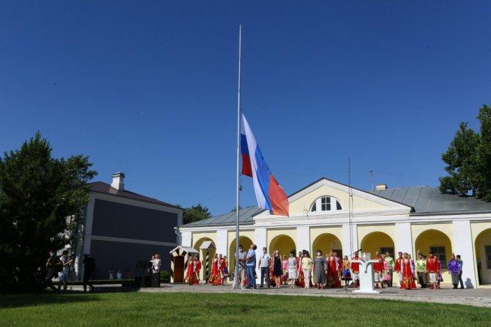 Астраханские власти отметили День России в узком кругу