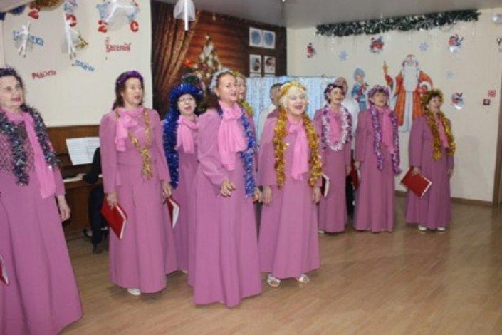 Астраханский хор ветеранов поздравил своих ровесников