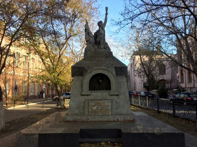 В центре Астрахани разрушается мемориал