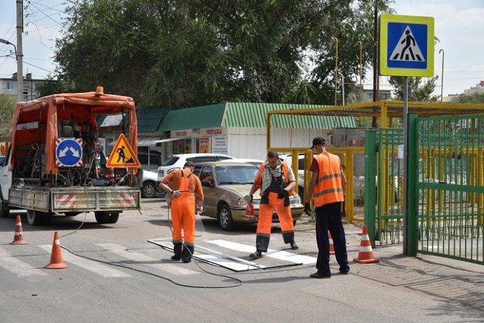 В Астрахани обновляют дорожную разметку около школ