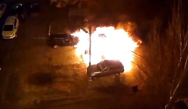 Опубликовано видео пожара авто депутата астраханской облдумы