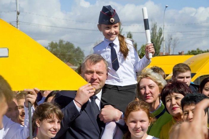 Игорь Бабушкин вручил руководителям учебных заведений ключи от 47 новых школьных автобусов