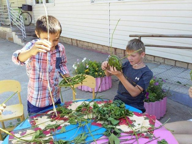 Астраханские школьники увлеклись плетением корзин