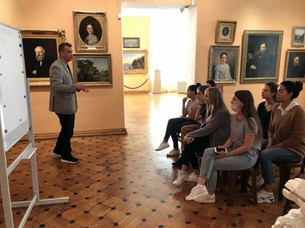 Астраханские студенты иняза готовятся стать гидами-переводчиками