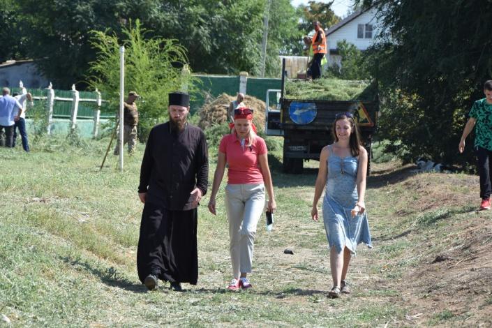Депутаты городской думы провели субботник на территории православного храма