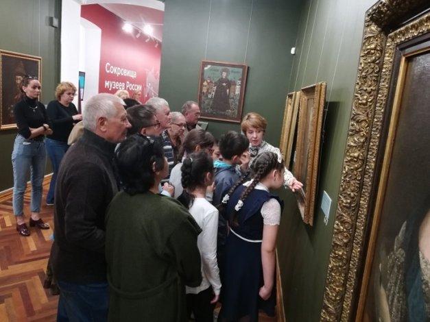 Выставку «Сокровища музеев России» посетили инвалиды по зрению