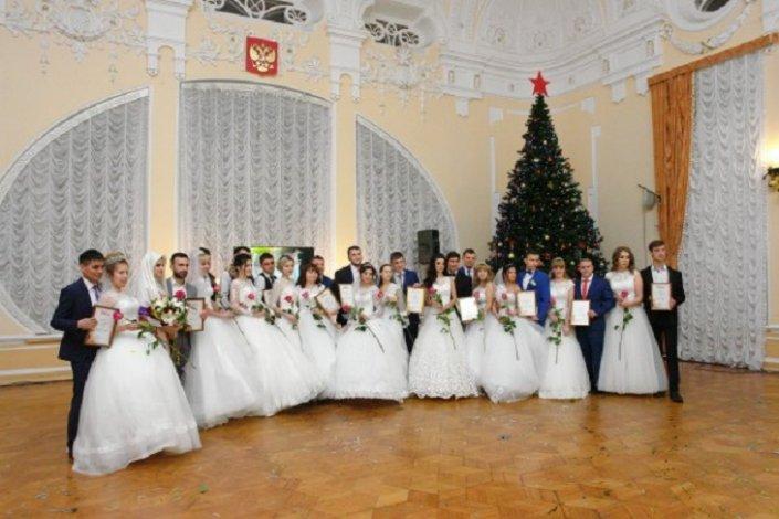 В последний день года в Астраханской области появятся 34 новые семьи