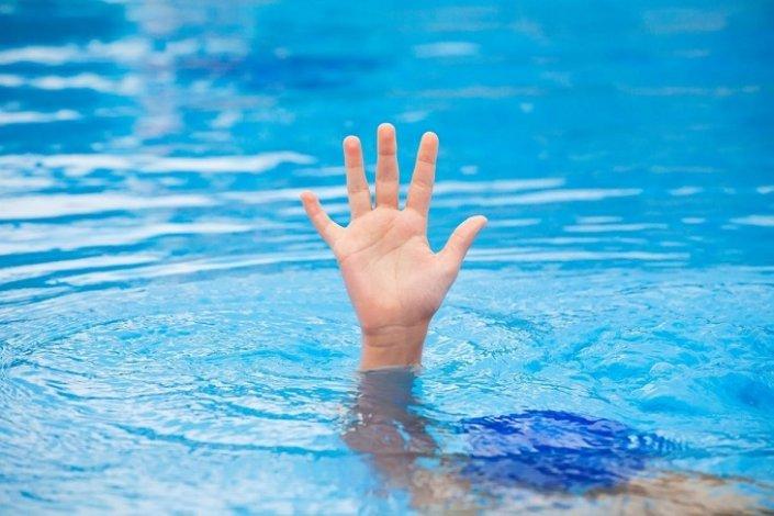 В бассейне утонул маленький астраханец