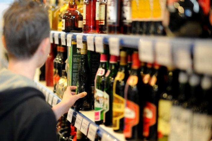 Продавшей алкоголь несовершеннолетнему астраханке грозит судимость