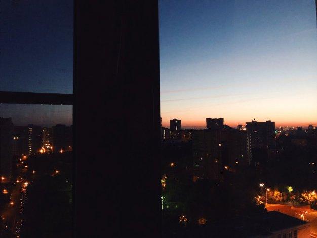 Из окна многоэтажки в Астрахани выпал подросток