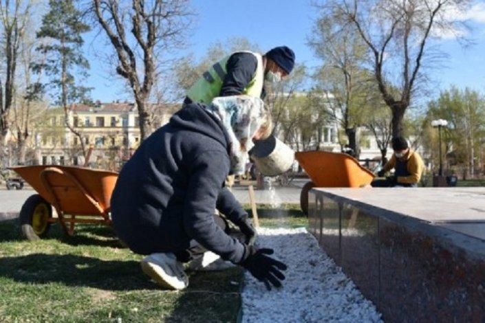 Астраханские коммунальщики приводят в порядок памятные места