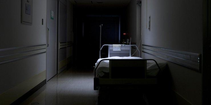 Выпавший из окна астраханский подросток умер в больнице