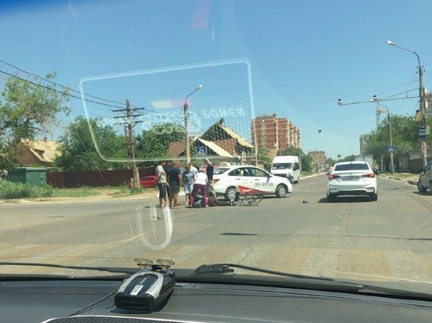 В Астрахани таксист сбил велосипедиста