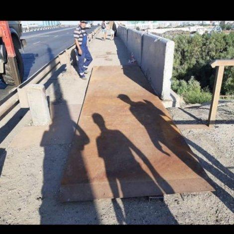 Астраханские коммунальщики заварили яму на Новом мосту