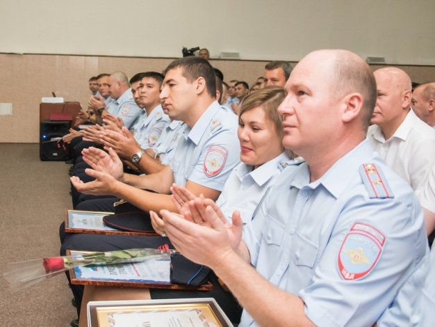 Игорь Мартынов вручил полицейским награды Думы Астраханской области