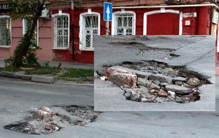 В центре Астрахани проваливается асфальт