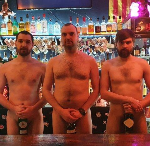 Астраханские бармены встали голыми за бар