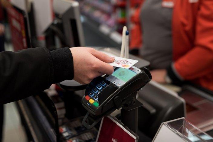 В Астрахани таксист оплачивал покупки чужой банковской картой