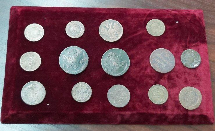 Астраханские таможенники передали старинные монеты в краеведческий музей