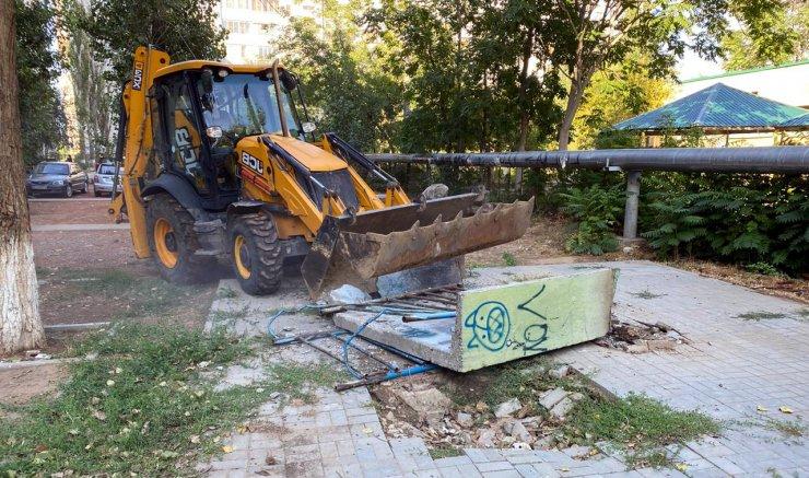 В Астрахани снесли сотни старых качелей и каруселей