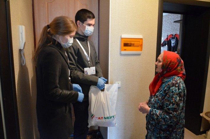 Астраханским пенсионерам помогают волонтёры-медики
