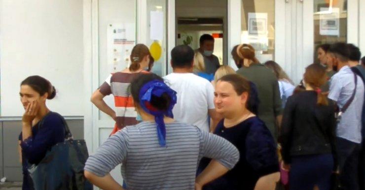 Астраханские цыгане нарушили социальную дистанцию у МФЦ