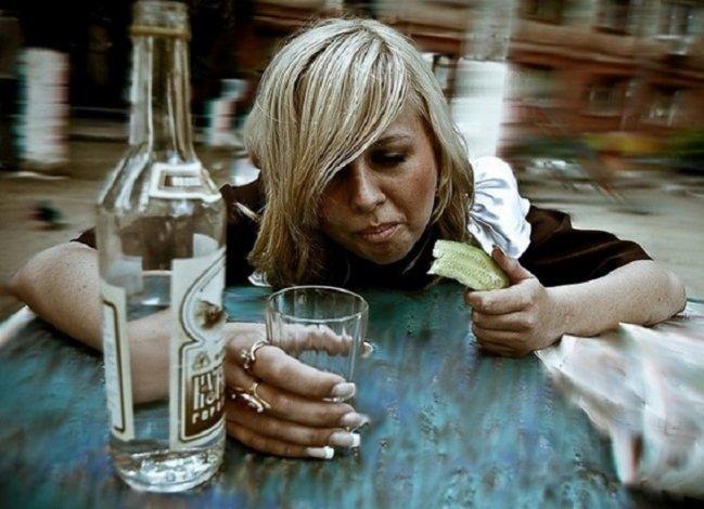 Пьяная астраханка покусала полицейского