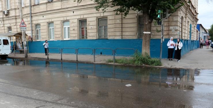Астраханский рынок Большие Исады окутало зловоние