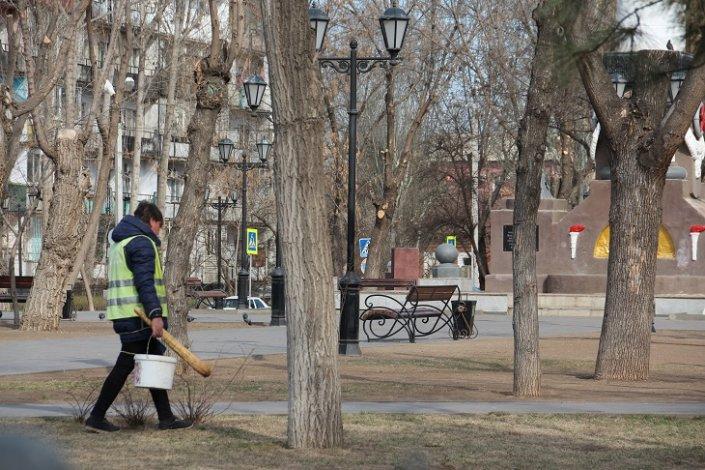 В астраханских парках убираются после зимы