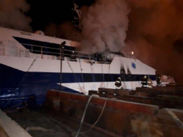 В Астрахани сгорели два теплохода