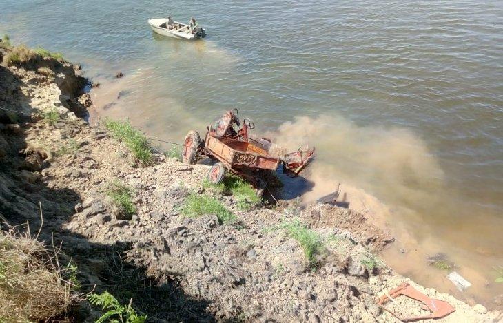 Тракторист ушёл под воду с трактором. По пьяному делу