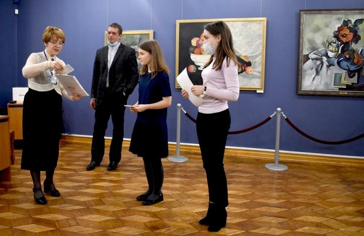Астраханская картинная галерея приняла у себя юных полиглотов